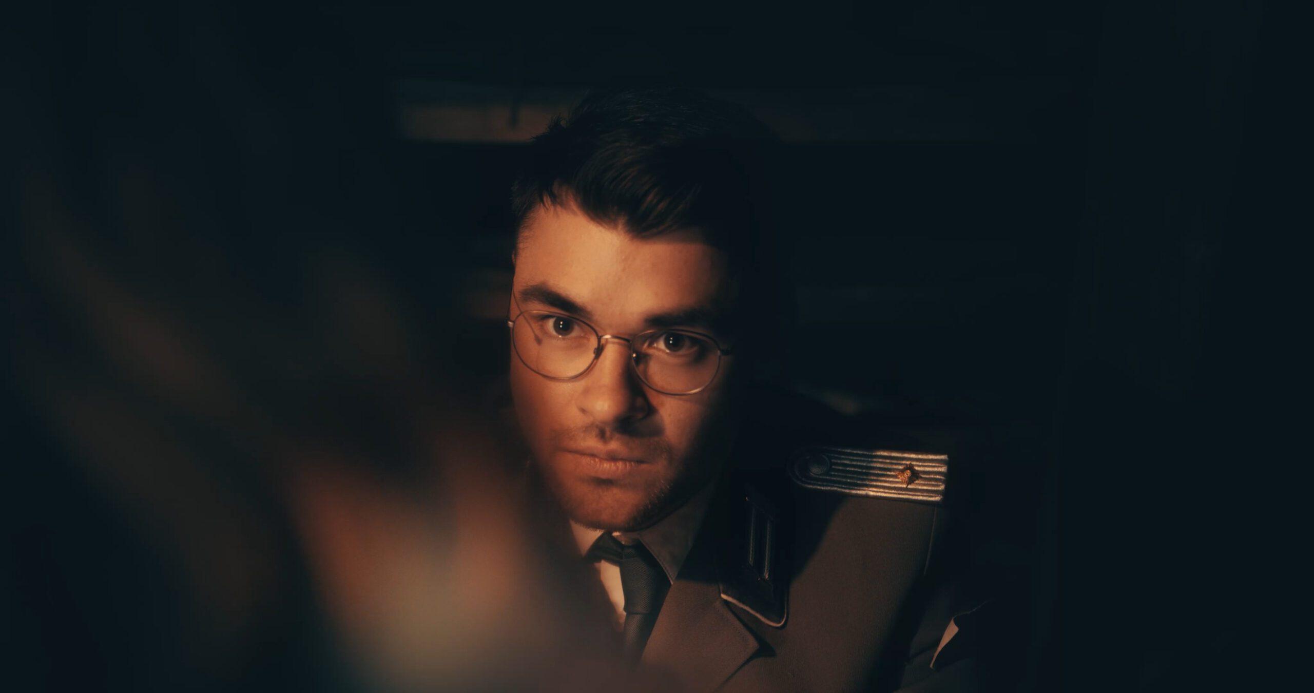 Benjamin Lehmann als Stasi Offizier in dem Kurzfilm Zwischen den Ufern